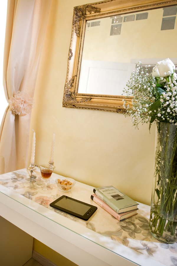 camera-room-scrivania-consolle-book-tablet