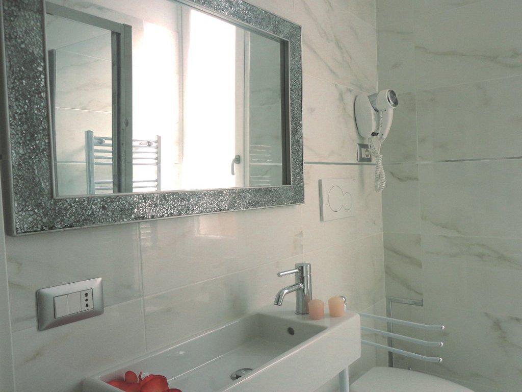 camera-bagno-bathroom-asciugacapelli-hairdryer