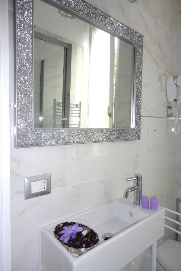 camera-moderna-specchio-profumo